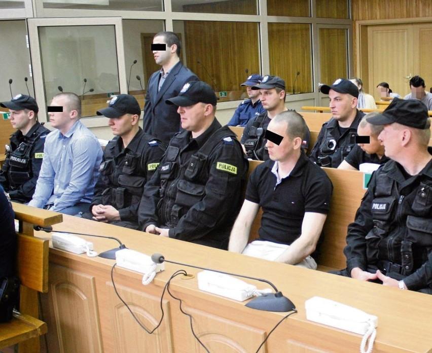 Oskarżeni zostali doprowadzeni z aresztu