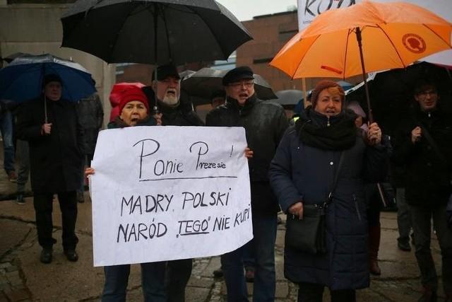 """Kilka tysięcy osób zebrało się w niedzielę na gdańskim Plac Solidarności uczestnicząc w wiecu """"Obywatele dla demokracji"""" zorganizowanym przez regionalny Komitet Ochrony Demokracji."""