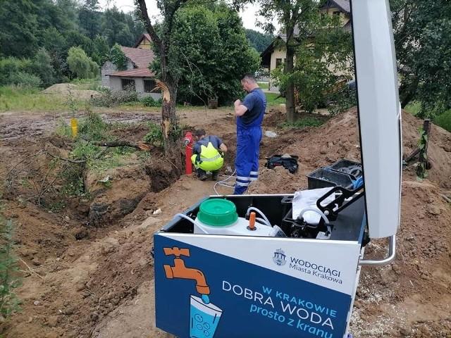 Prace przy wodociągu w Zabawie (gmina Wieliczka)