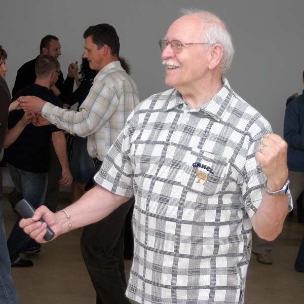 - To niezwykłe, że osoby duchowne szukają tak nietypowych form zbliżenia między ludźmi - mówi Jerzy Tychanicz, nauczyciel tańca.