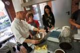 Dzieci z Domu Rodzinnego piekły w restauracji Cucina [ZDJĘCIA]