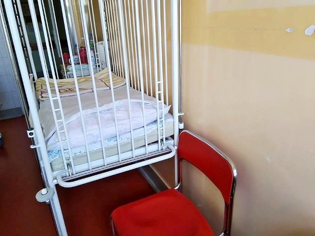 Na takim krześle rodzice muszą spać przy chorym dziecku w oddziale laryngologicznym w szpitalu im. Konopnickiej w Łodzi.