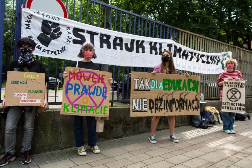 Młodzieżowy Strajk Klimatyczny w Krakowie pod siedzibą kuratorium oświaty