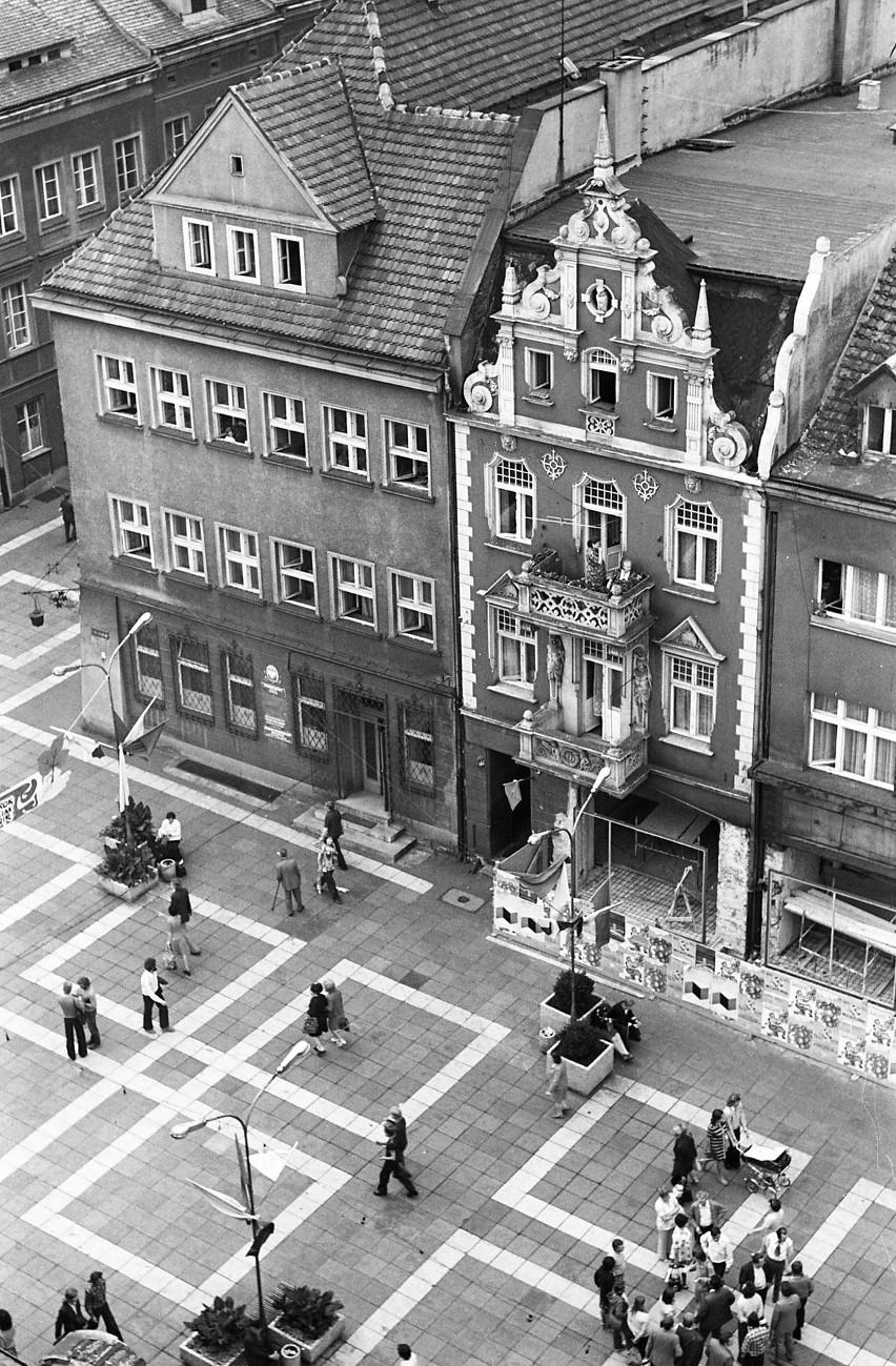 Jeszcze dawne, czarno-białe chodniki, które dziś pozostały...