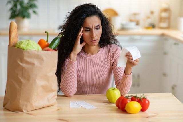 Zakupy w warzywniaku mogą szokować, bo ceny warzyw i owoców wystrzeliły w górę. Choć w sezonie powinny z dnia na dzień spadać, to porównanie z poprzednim rokiem wypada blado - niektóre warzywa podrożały aż pięciokrotnie! Sprawdź, za co musimy płacić więcej.