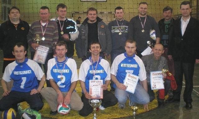 Mistrzowskiej drużynie Mistrzowic nagrody wręczył Sławomir Kowalczyk (pierwszy z prawej), wójt Opatowca.