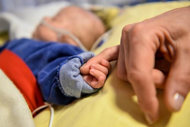 Dużo się mówi o tym, że dzieci często mogą przechodzić zakażenie koronawirusem bezobjawowo. Ale problemy mogą pojawić się później.Czym jest zespół pocovidowy u najmłodszych?Czytaj na kolejnych slajdach