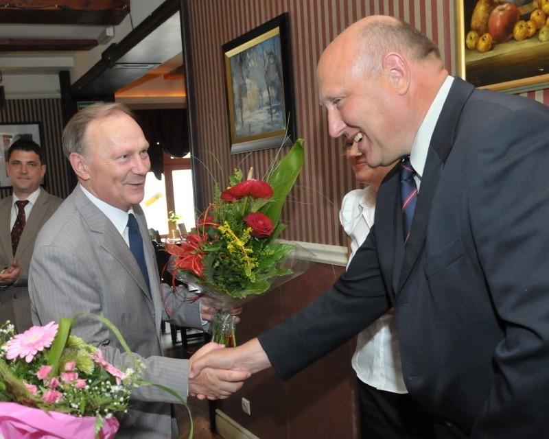 Wacław Maciuszonek, kanclerz lubuskiej loży BCC gratuluje Włodzimierzowi Obworskiemu, szefowi Lubuskiego Urzędu Skarbowego w Zielonej Górze