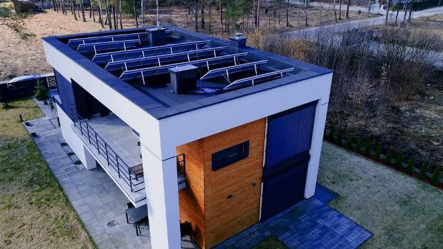 Z pompą ciepła można żyć zdrowiej i oszczędniej na wiele sposobówPowietrzną pompę NIBE instaluje się przy ścianie na zewnątrz budynku (jednostka zewnętrzna), a powietrze zasysane jest przez wentylator wbudowany w pompie ciepła. Urządzenie może również produkować ciepłą wodę użytkową w centrali wewnętrznej i realizować funkcję chłodzenia.