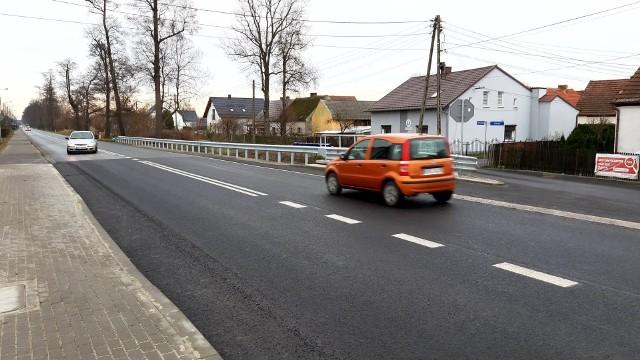 Odcinek drogi krajowej nr 46 w Grodźcu pod Ozimkiem został zamknięty w połowie września 2020 r. Było to konieczne, aby drogowcy mogli przeprowadzić remont znajdującego się w tym rejonie mostu na rzece Białce. W piątek (4.12) późnym wieczorem znaki zakazujące wjazdu zostały usunięte. Droga jest więc już przejezdna.