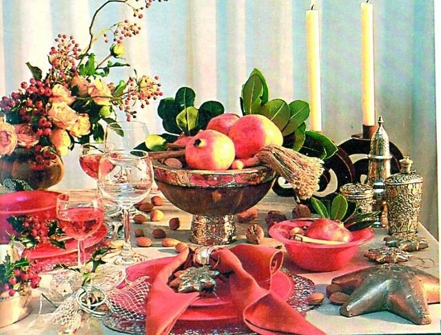 Prosta zastawa w rdzawym kolorze może na stole wyglądać bardzo elegancko. Na kremowym obrusie, obok mosiężnych naczyń, np. patery i wazonu z kompozycją herbacianych róż i jarzębiny, tworzy niezwykle ciepły i jednocześnie romantyczny nastrój.