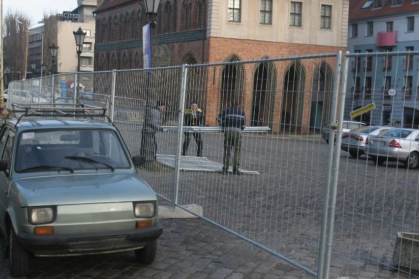 Metalowe płoty na Podzamczu stoją nielegalnie, ale właściciele placów, które zostały w ten sposób ogrodzone, mają miesiąc na uzupełnienie dokumentacji, by zalegalizować budowlę.