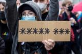 """Protest przed TVP w Warszawie: Kilkuset zwolenników Strajku kobiet krzyczy """"Myślę, czuję, decyduję"""""""