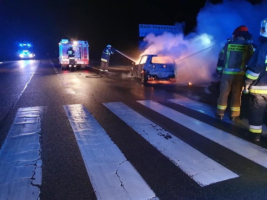 Po dotarciu na miejsce przez jednostki gaśnicze okazało się, że cały samochód jest objęty ogniem. Część przybyłych najwcześniej jednostek prowadziła akcję gaszenia, pozostałe zabezpieczały miejsce zdarzenia.