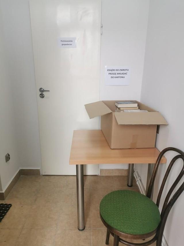 W bibliotece w Książkach zwroty należy wkładać do przygotowanego kartonu