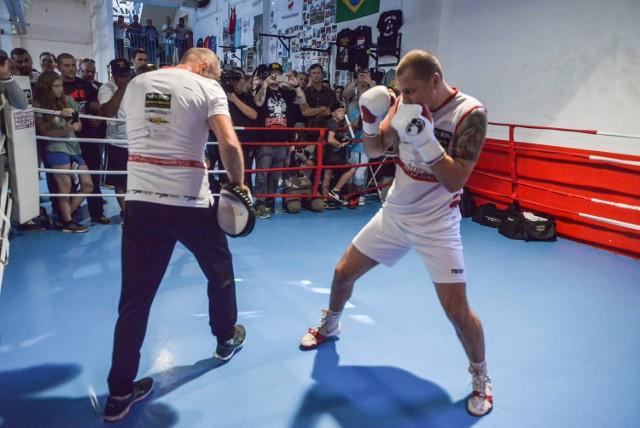 Już w sobotę w trójmiejskiej hali Ergo Arena Krzysztof Głowacki w drugiej walce w obronie pasa WBO wagi junior ciężkiej zmierzy się z Oleksandrem Usykiem. Kto wyjdzie zwycięsko z tego pojedynku? -