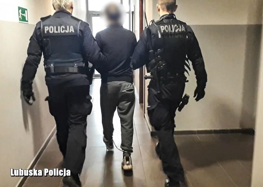 Trzej mężczyźni zostali zatrzymani. Usłyszeli między innymi zarzut złamania zakazu gromadzenia się.
