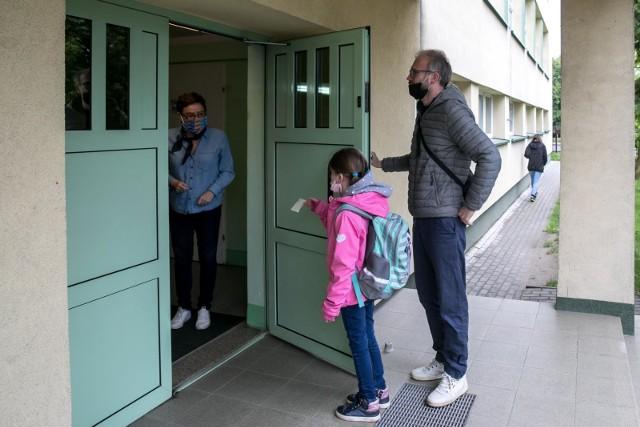 Tak powrót do szkoły znów otwieranej dla uczniów klas I-III wyglądał w krakowskiej Szkole Podstawowej nr 8