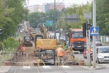 MPK Poznań remontuje torowisko na Roosevelta i Pułaskiego. W sobotę rozpoczyna się następny etap prac. Kierowców czekają kolejne zmiany