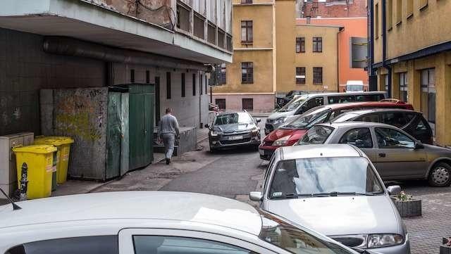 """Tu zaparkować można za darmo, więc za dnia szpilki się nie wciśnie, ale wieczorem auta znikają, pojawiają się za to """"nocne ćmy"""", bezdomni. Jedzą, piją,  wydalają, śpią, ćpają. O ład  w tym miejscu powinni dbać właściciele"""