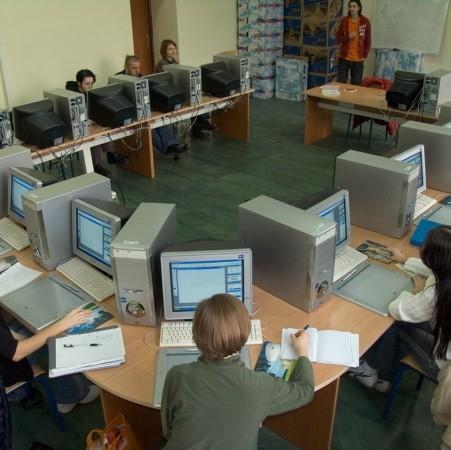 Studenci w takcie studiów mają możliwość korzystania z nowoczesnych pracowni komputerowych
