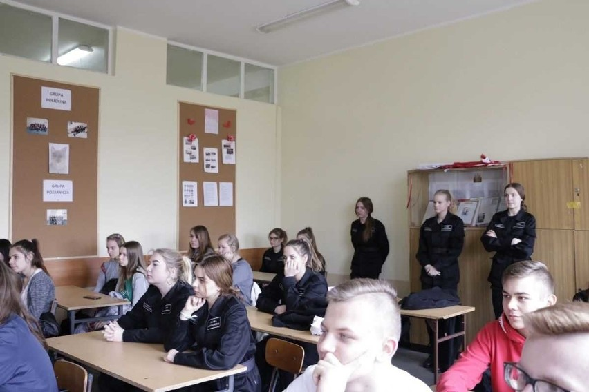 Marcowe zajęcia policjantek z uczniami klasy mundurowej w...