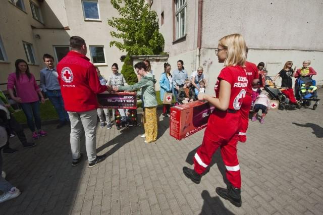 Z okazji Dnia Dziecka podopiecznych Ośrodka Rehabilitacyjno Edukacyjno Wychowawczego odwiedziła grupa PCK Koszalin. Były prezenty i pokaz ratownictwa.