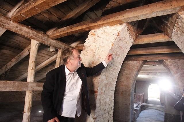 """Miejsce znalezienia skrytki. Dwa przewody kominowe łączące się przy wylocie w jeden to tzw. """"portki""""."""