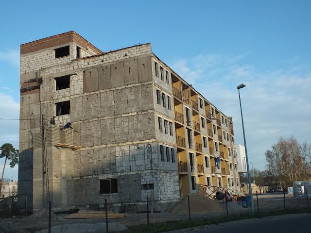 Przebudowa hotelu na blok mieszkalnyTeren przy Hotelu Pielęgniarek jest uprzątnięty, trwa budowa szybu windy. Koniec prac – w przyłym roku.