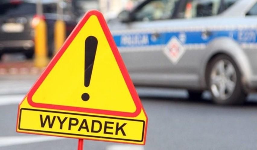 Wypadek na Szarych Szeregów w Radomiu. Kierowca zasłabł i uderzył w drzewo. Trafił do szpitala