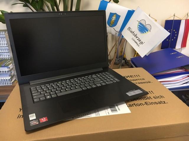 Gmina Białobrzegi zakupiła 27 laptopów do zdalnej nauki.