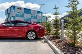 Naładujesz auto elektryczne bezpośrednio ze słupa oświetleniowego. Innowacja firmy ROSA z Tychów. Specjalne stacje ładowania niepotrzebne