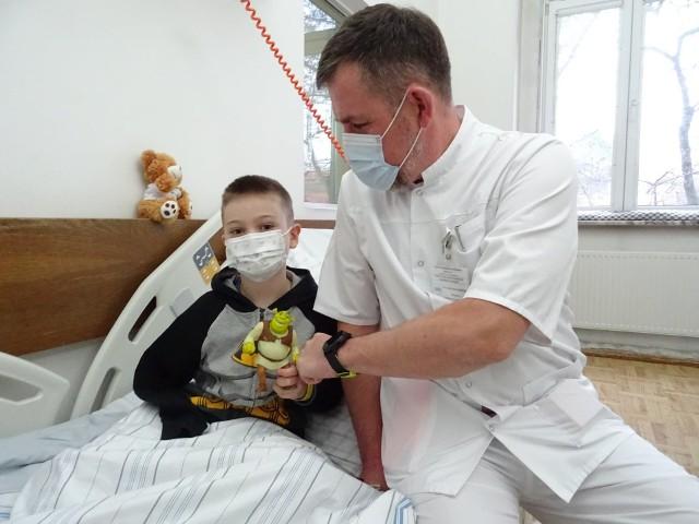 W grudniu 2020 r. Sebastian trafił do Szpitala Miejskiego nr 4 w Gliwicach, gdzie lekarze wykonali plastykę miejsca po amputowanej kości ramiennej. Chodziło o to, by przygotować kość pod protezę. - Sebastian jest bardzo dzielny, to nasz mały bohater - mówił wówczas dr Andrzej Baryluk, który operował chłopca.