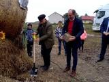 Udany piknik w Kaczycach mimo złej pogody. Zakopano kamień pod budowę świetlicy wiejskiej (ZDJĘCIA)