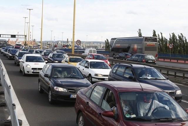 Największe korki tworzą się teraz przy wyjeździe z centrum miasta i to zarówno na ul. Kardynała Wyszyńskiego, jak i na estakadzie.