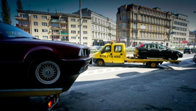 Źle zaparkowane samochody są wywożone na lawetach, zdjęcie ilustracyjne