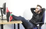 Jak spać w pracy z klasą i z humorem (zdjęcia)