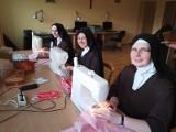 Siostry Karmelitanki Dzieciątka Jezus z Łodzi i z Ksawerowa szyją maseczki dla szpitala w Zgierzu