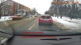 Niebezpieczny pług na ulicach Wrocławia. Lód i kamienie lecą prosto w samochody! [FILM]