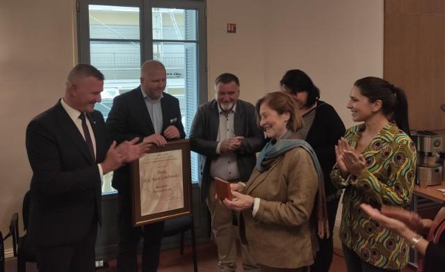 Wicemarszałek Rafał Rajkowski odznaczył Ritę Gombrowicz medalem Pro Masovia. Uroczystość miała miejsce w miniony weekend w mieście Vence we Francji.