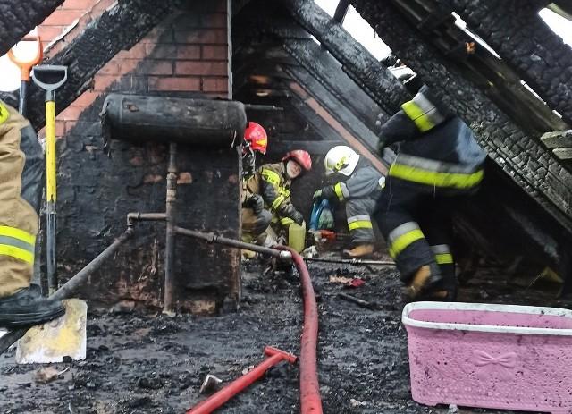 Pożarem objęty był strych i dach domu w bliźniaczej zabudowie.