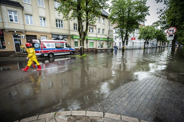 Wystarczyła godzina niezwykle intensywnych opadów, by Koszalin dotknął komunikacyjny paraliż.