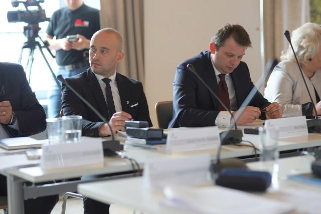 Jakub Hardie-Douglas z Koalicji Obywatelskiej (z lewej) zarzucił Andrzejowi Suboczowi (PiS) szarlatanerię