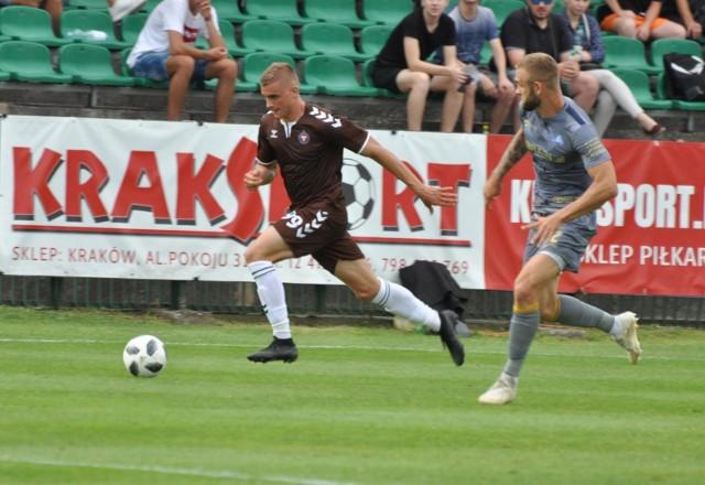 Michał Feliks (z lewej) strzelił jedynego gola dla Garbarni w meczu z Rakowem