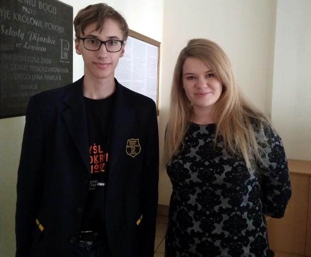 Szymon Kuś z nauczycielką fizyki Magdaleną Gładką