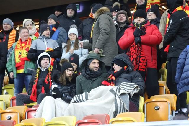 W piątek na Stadionie Miejskim w Białymstoku Jagiellonia grała ligowy mecz z Arką. To był bardzo mroźny wieczór. Termometry pokazywały nawet 16 stopni na mrozie, choć temperatura odczuwalna była jeszcze niższa. Na stadionie wiał do tego zimny wiatr. Nie było to problemem dla ponad 5 tys. białostockich kibiców, którzy przyszli wspierać swoją drużynę. Bardziej zapobiegawczy wzięli ze sobą koce. Reszta kibiców w chwilach kryzysu szukała jakiegoś ciepłego kąta na stadionie.