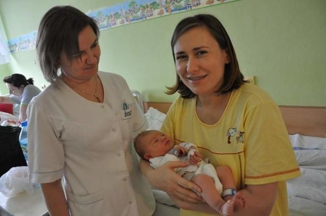 W oleskim szpitalu tylko noworodkom zakłada się opaski, na dodatek zwykłe, nie elektroniczne. Na zdjęciu szczęśliwa Urszula Marciniszyn z synkiem Krystianem oraz pielęgniarką Renatą Wroną.