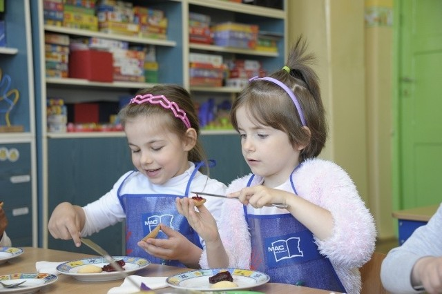 Zuzanna Leida (z prawej) i Wiktoria Wróblewska ze Szkoły Podstawowej nr 4 bardzo lubią zajęcia z gotowania