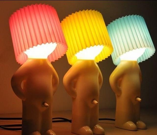 Nietypowa lampa z nietypowym włącznikiemNaga lampka jako oryginalny gadżet (ZDJĘCIA)