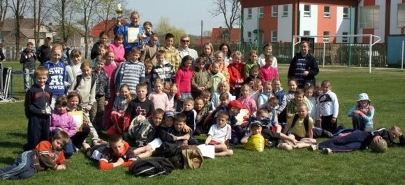 Po sportowej rywalizacji, najmłodsi uczestnicy przełajowego biegania, stanęli do wspólnej fotografii.